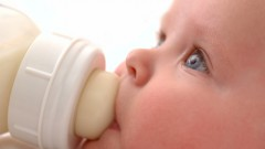 תינוק שותה חלב-אם מבקבוק (צילום: אילוסטרציה)