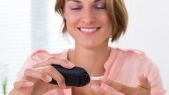 Young Happy Woman Checking Glucose Level (אילוסטרציה: shutterstock)
